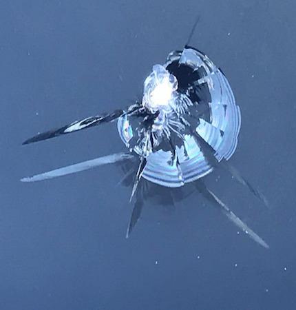 A szélvédő javítás árak oldal kagylón kívüli repedéses sérülésének képe